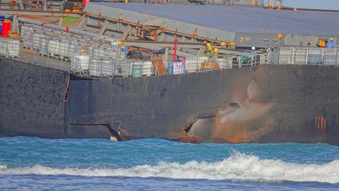 Se parte en dos el carguero MV Wakashio que vertió petróleo en aguas de las islas Mauricio