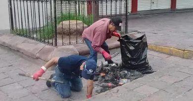 Retiran basura de canales y alcantarillas de áreas del Centro