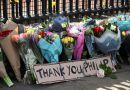 Cartas, flores y lágrimas: los británicos despiden al príncipe Felipe a las puertas del palacio de Buckingham (FOTOS)
