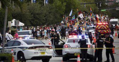 Conductor embiste a multitud en desfile del Orgullo, en Florida